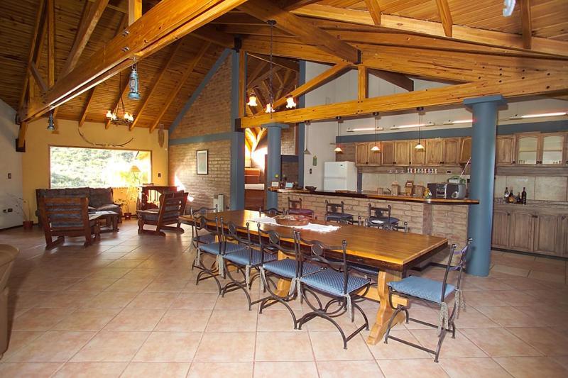 Un restaurant u otro lugar para comer en Casona Familiar Potrerillos