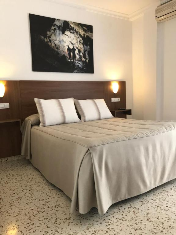 A bed or beds in a room at Hostal Restaurante El Cruce