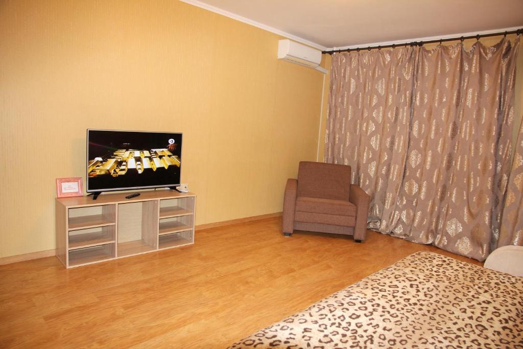 A television and/or entertainment center at Kvartirka Dundicha 34