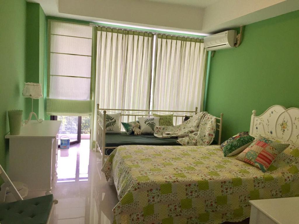 Tempat tidur dalam kamar di Nila Kandi Studio @Beverly Dago Apartement