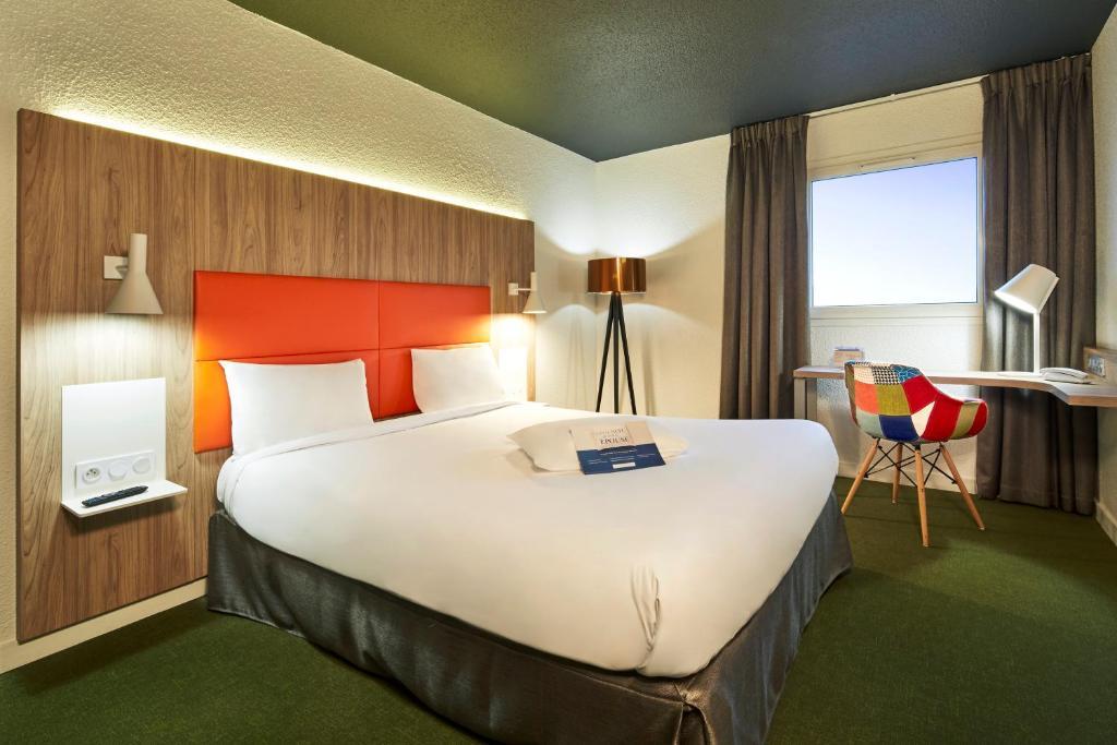 Un ou plusieurs lits dans un hébergement de l'établissement Kyriad Clermont Ferrand Nord - Riom