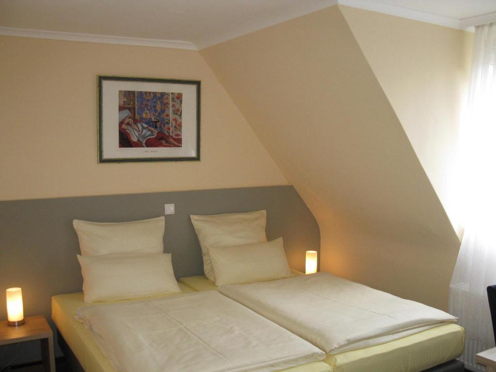 Ein Bett oder Betten in einem Zimmer der Unterkunft Löns Hotel Garni