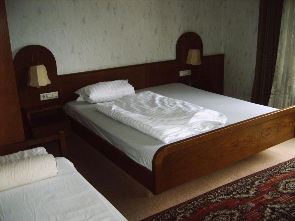 A bed or beds in a room at Monteurpension-Guenter