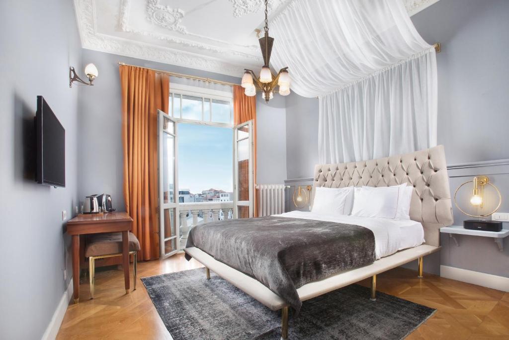 Cama ou camas em um quarto em Walton Hotels Taksim Pera