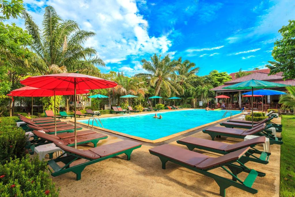 The swimming pool at or close to Lanta Klong Nin Beach Resort