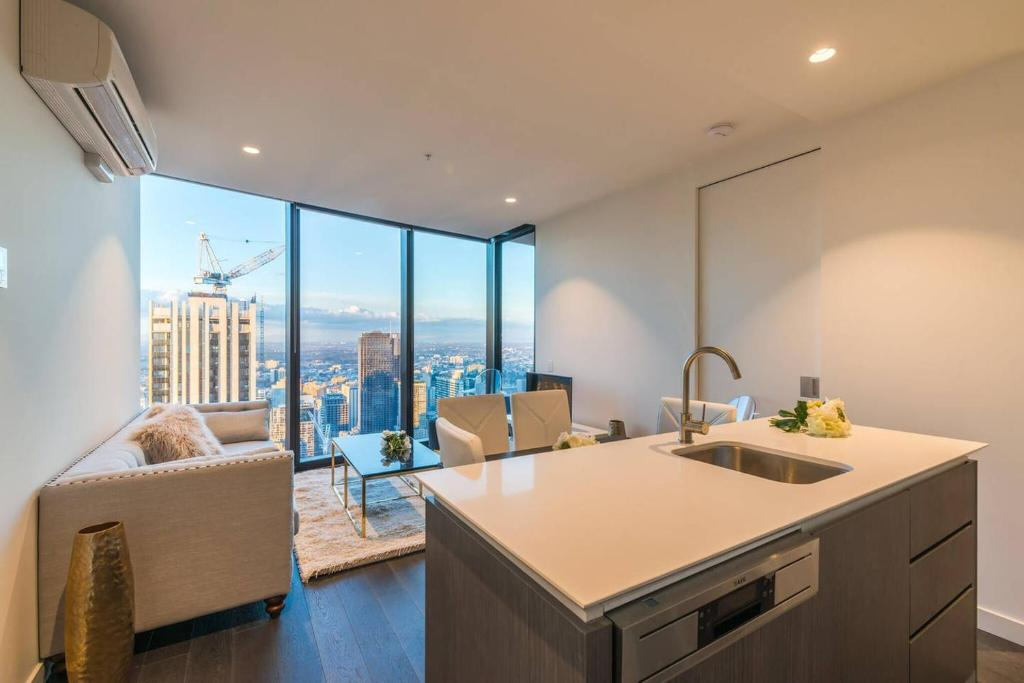 Astounding Eq Tower Luxury 2 Bedroom Skyline Cbd Apartment Melbourne Download Free Architecture Designs Ponolprimenicaraguapropertycom