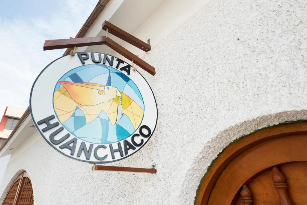 A view of the pool at Punta Huanchaco Hostel or nearby