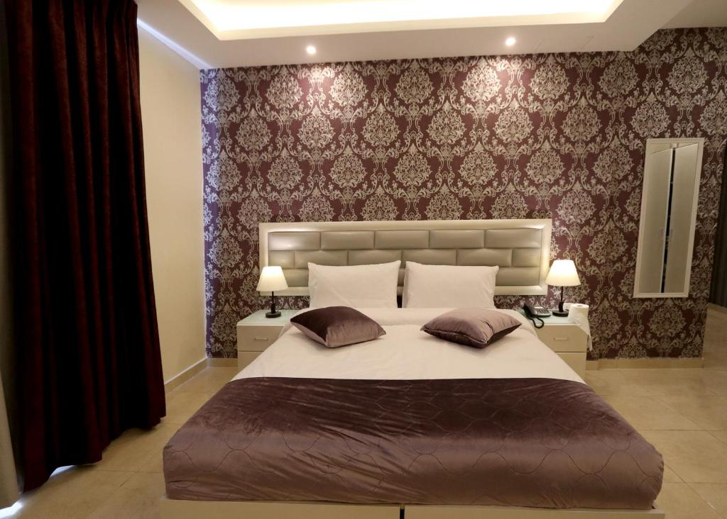 Beirut Hotel tesisinde bir odada yatak veya yataklar