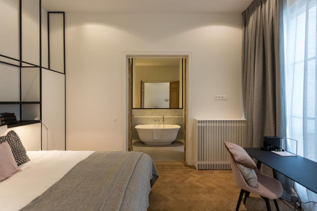 A bed or beds in a room at Hotel Quartier Latin