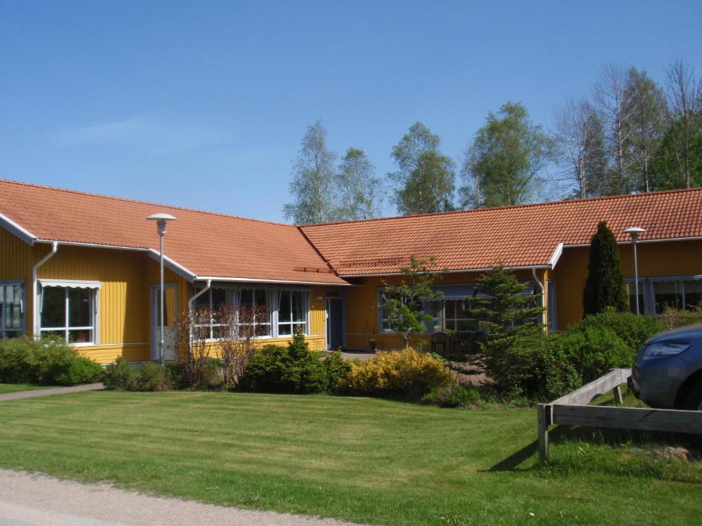 Fil:Lane-Ryrs kyrka frn sder (sommar).jpg Wikipedia
