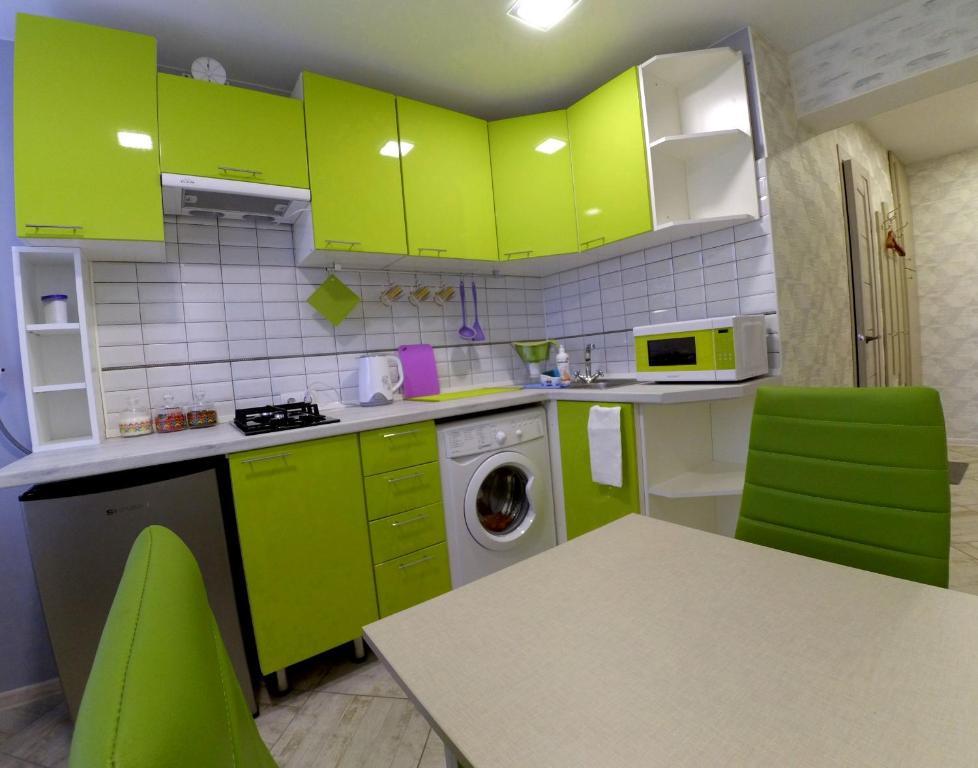 A kitchen or kitchenette at Cozy apartment on Сhernyahovskogo 78
