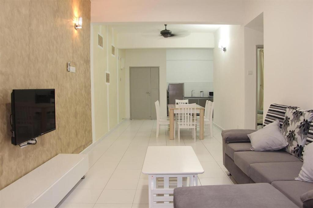 A seating area at 3 Bedroom Condo @ NEAR SPICE ARENA