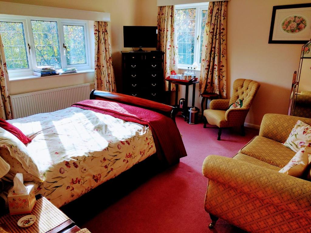 A bed or beds in a room at Grove House Bed & Breakfast
