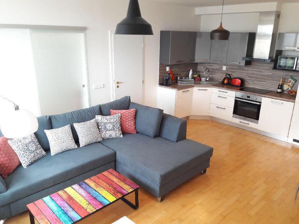 Кухня или мини-кухня в Bright Apartment with Terrace
