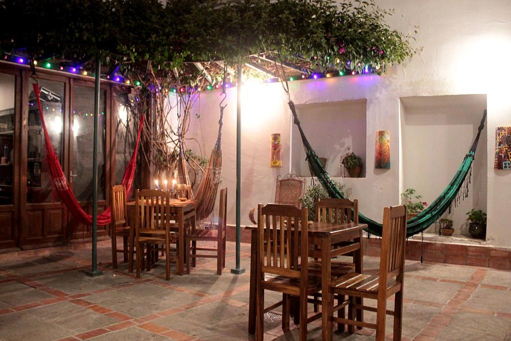 A restaurant or other place to eat at Hostel Casa Blanca Sucre