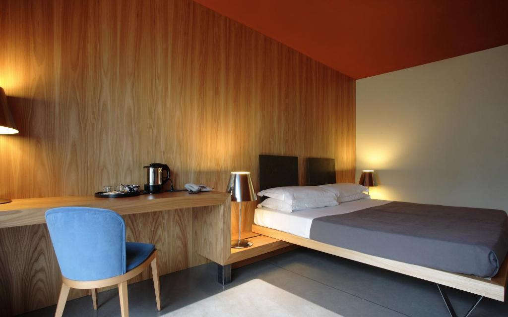 A bed or beds in a room at Hotel Clocchiatti Next