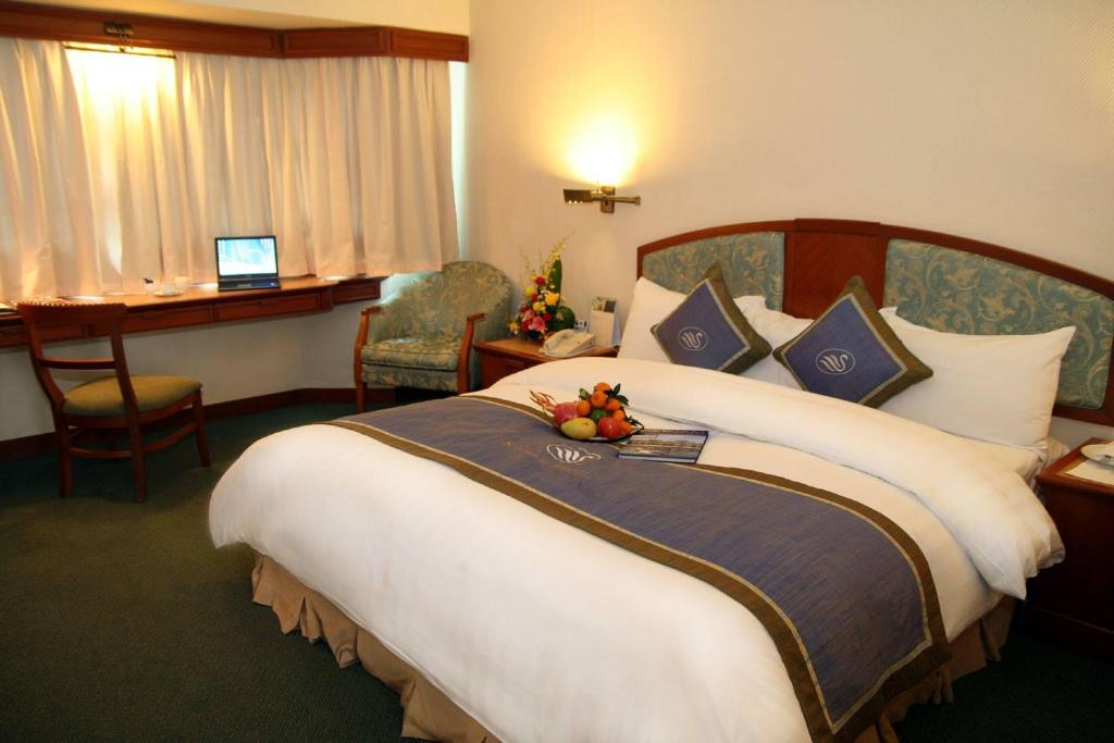 A bed or beds in a room at Hotel Bonheur