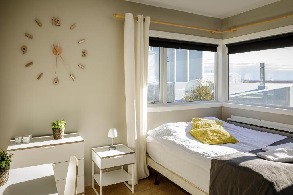 Een bed of bedden in een kamer bij Akranes HI Hostel - StayWest