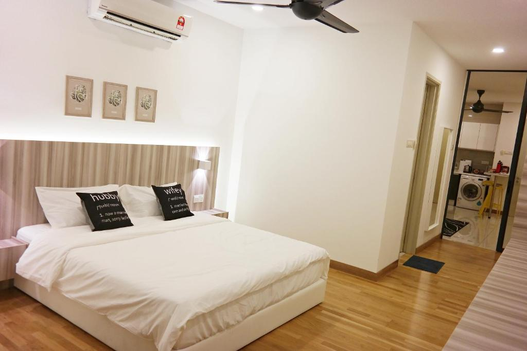 A bed or beds in a room at Little Bear Homestay @ KL Gateway