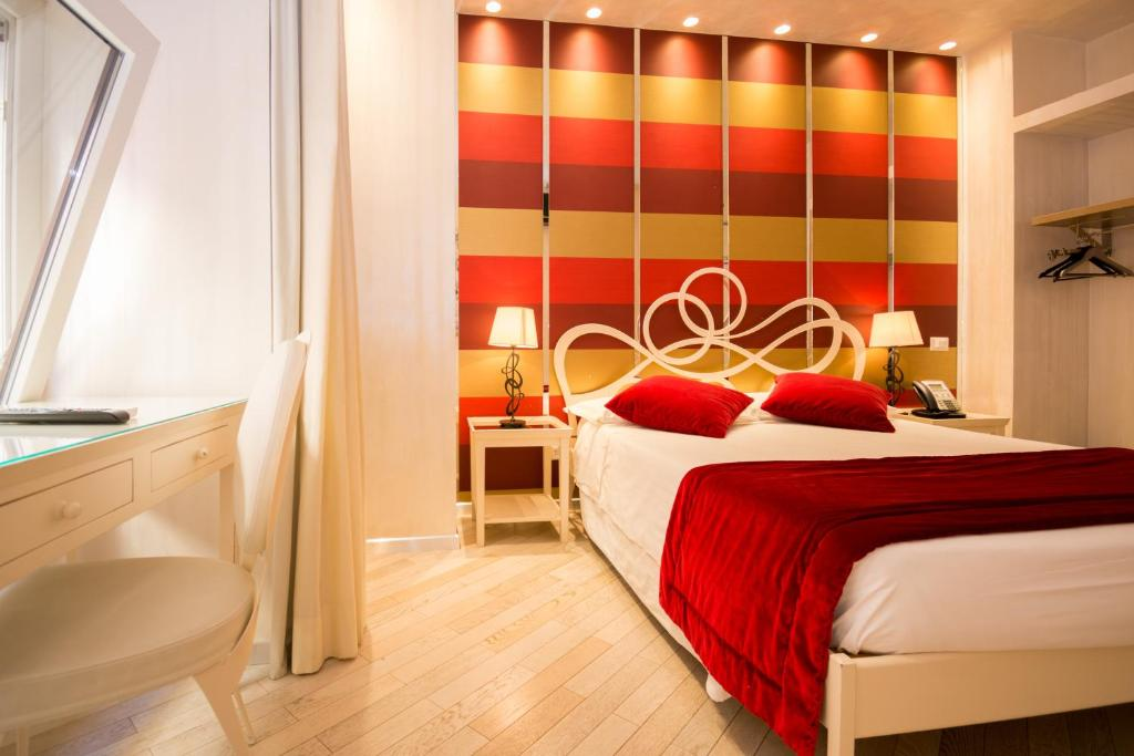 A bed or beds in a room at Hotel Caravita
