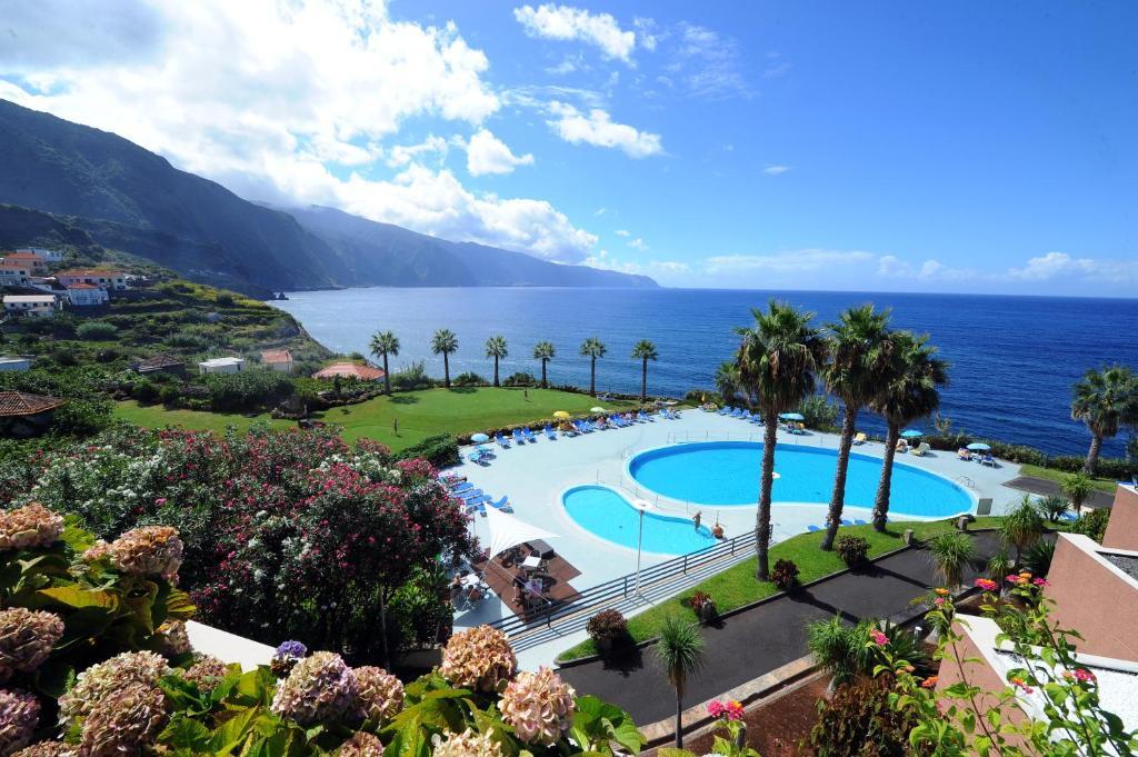 En udsigt til poolen hos Monte Mar Palace Hotel eller i nærheden
