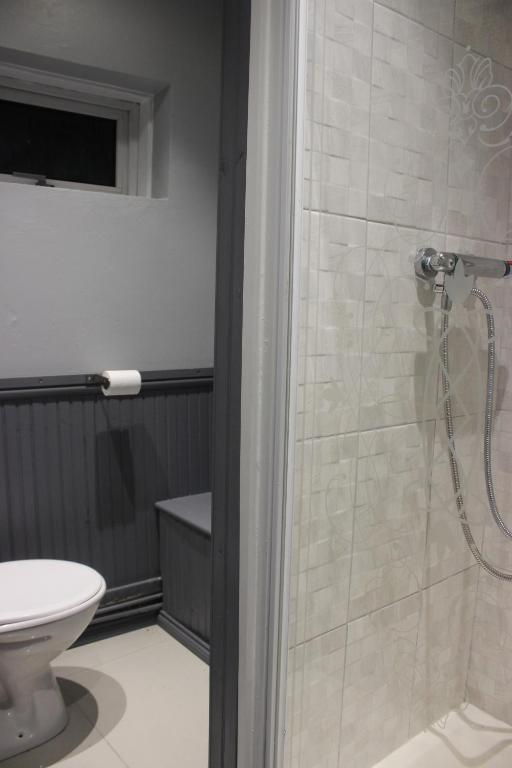 A bathroom at The New Lodge