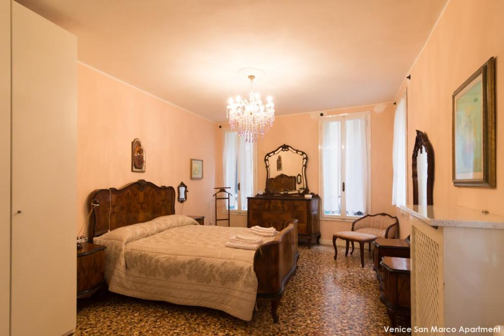 A bed or beds in a room at Venice San Marco Apartment