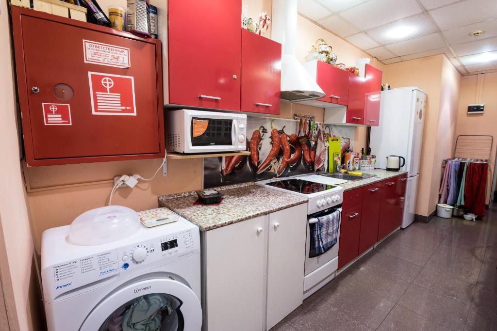 Кухня или мини-кухня в Хостел Радужный