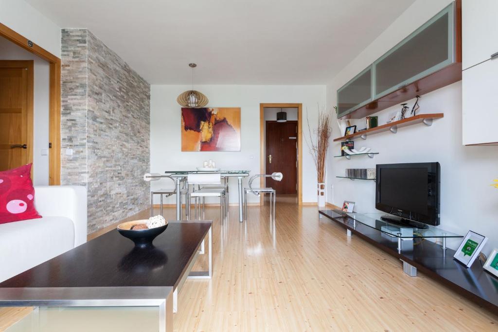 A television and/or entertainment center at Moderno Apartamento bien comunicado. WIFI