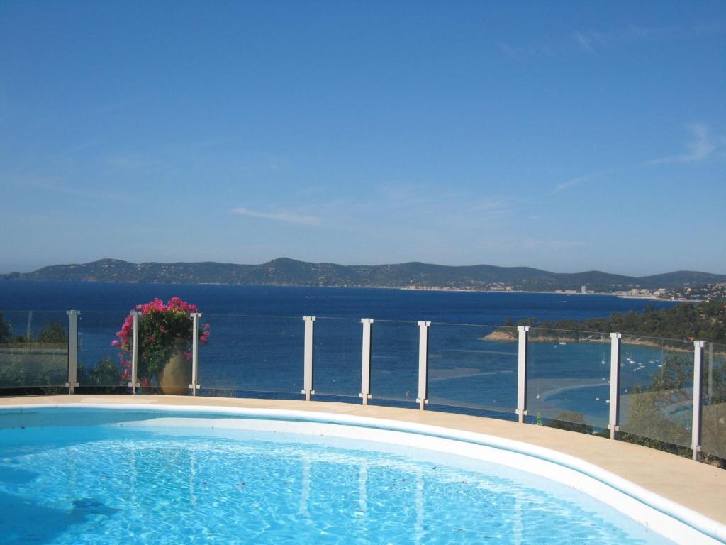 The swimming pool at or close to Villa Vue panoramique sur Le Cap Nègre