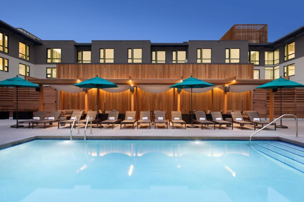 The swimming pool at or close to Embassy Suites By Hilton Boulder