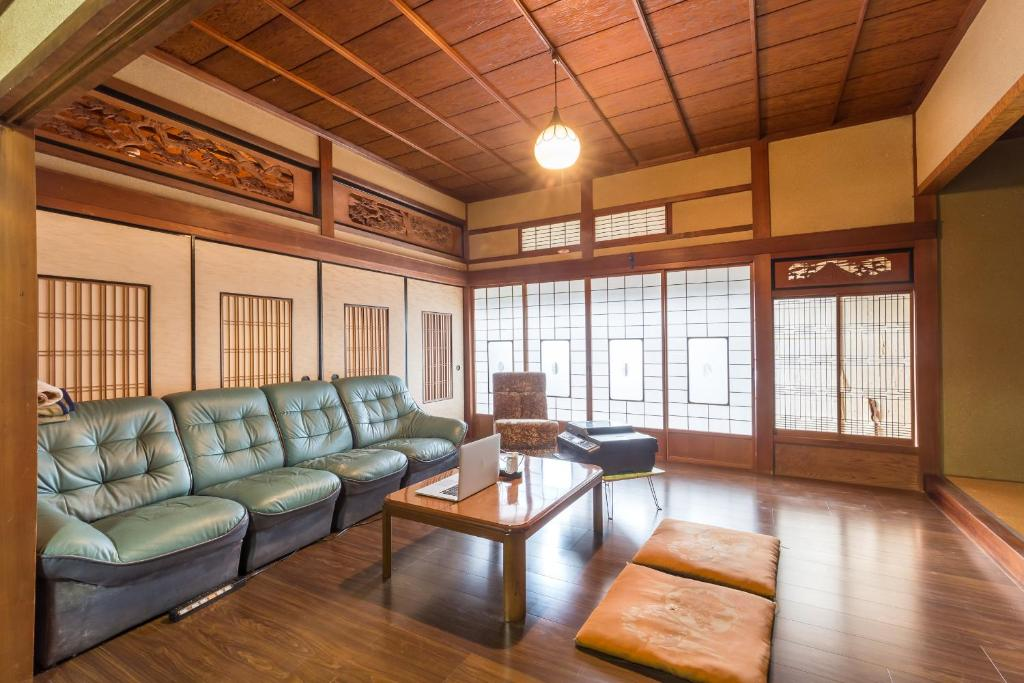 A seating area at SAIJO-TEI / Hostel UNS