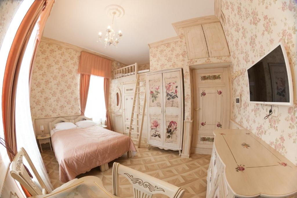 A bed or beds in a room at Truveller House F&F