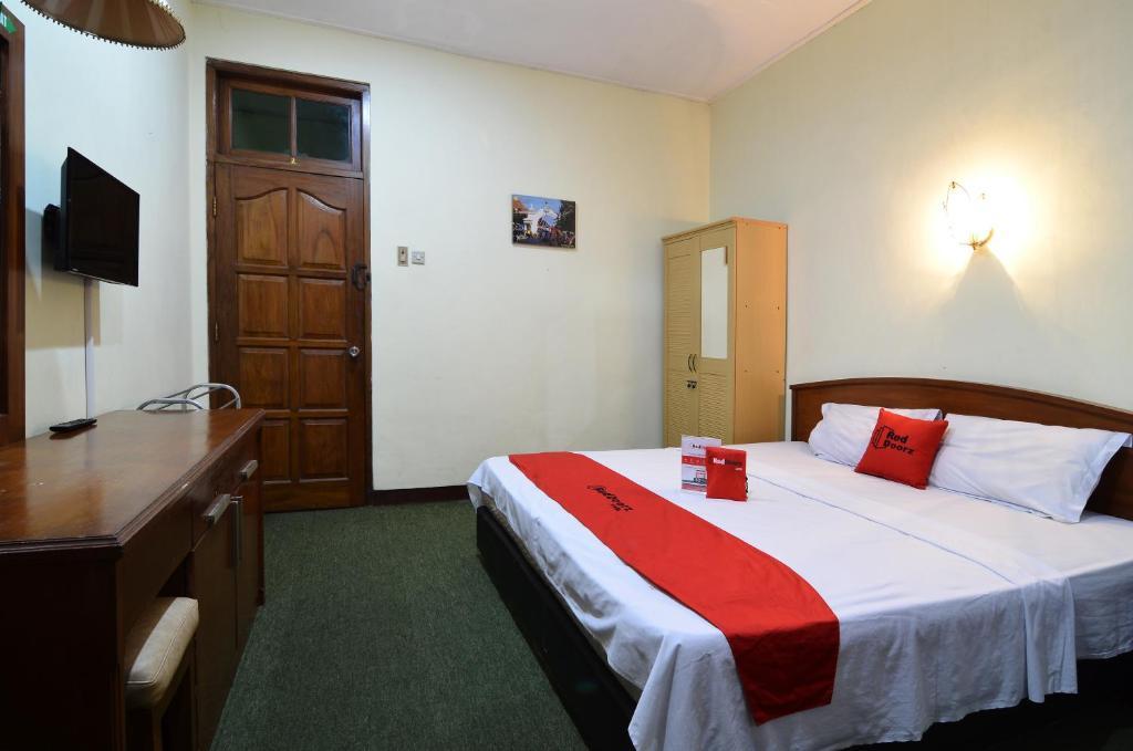 Tempat tidur dalam kamar di RedDoorz Plus @ Laweyan