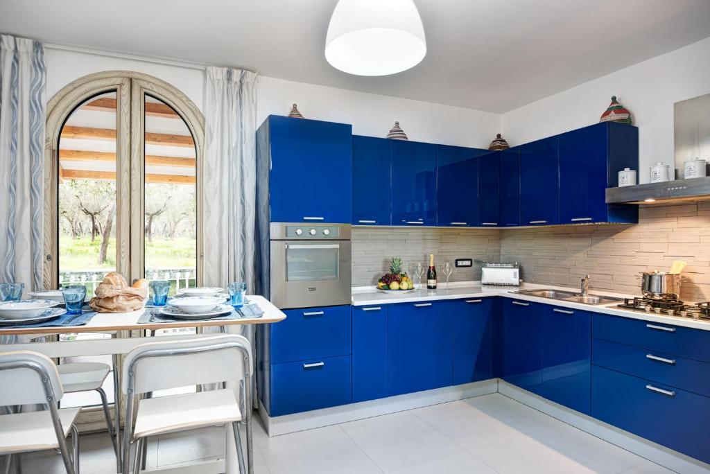 A kitchen or kitchenette at Acquamarina Suite - Stunning Ocean Views