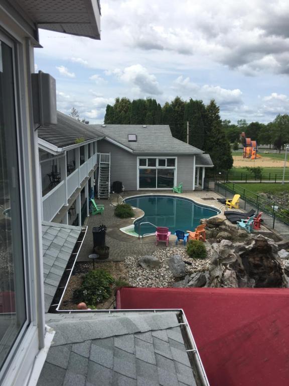 Vue sur la piscine de l'établissement La Halte Des 103 Iles ou sur une piscine à proximité