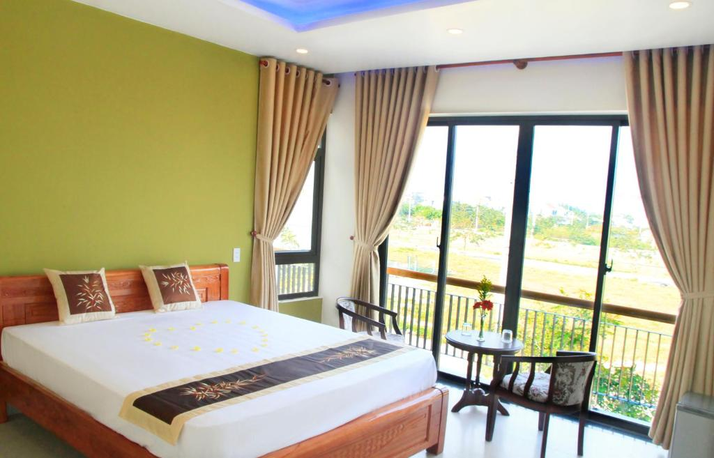 A bed or beds in a room at Melody Boutique Villa Hoi An