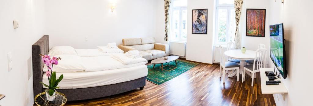 A seating area at Cosy 2 Bedroom Apartment, free Garage