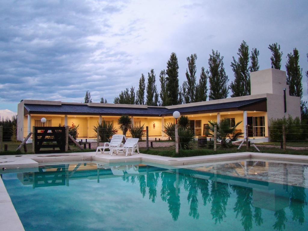 The swimming pool at or near Posada de Campo Pura Vida