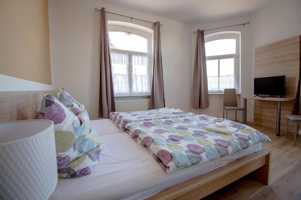 A bed or beds in a room at Neues Feldschlösschen