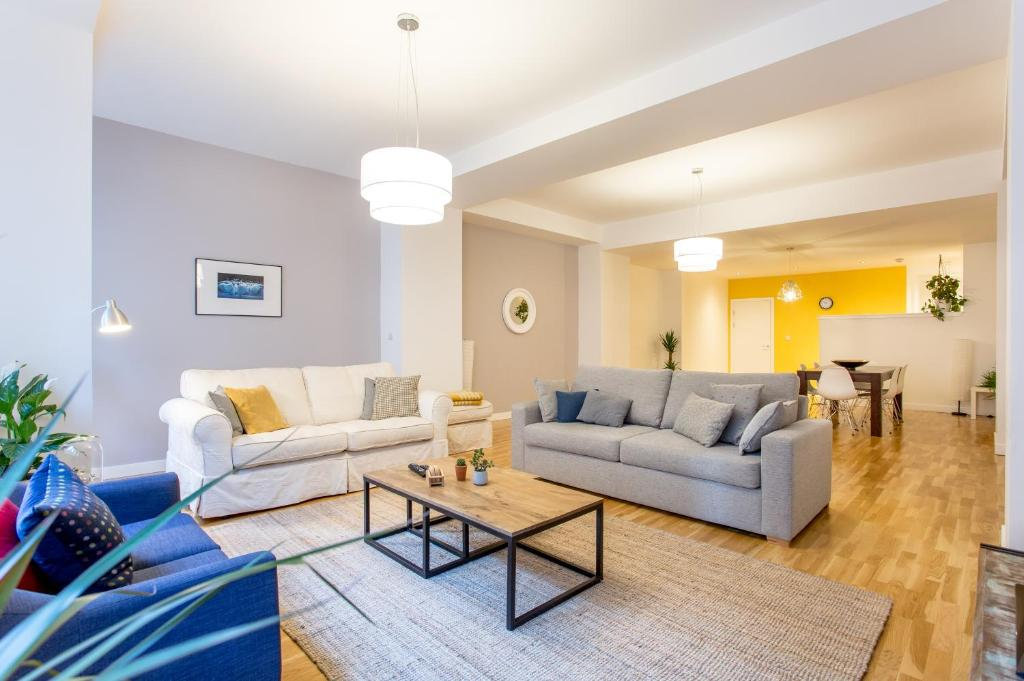 A seating area at Luxury Apartment Glasgow City Centre