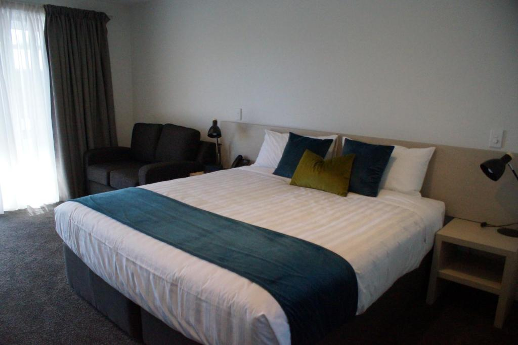 Кровать или кровати в номере Taylors Motel