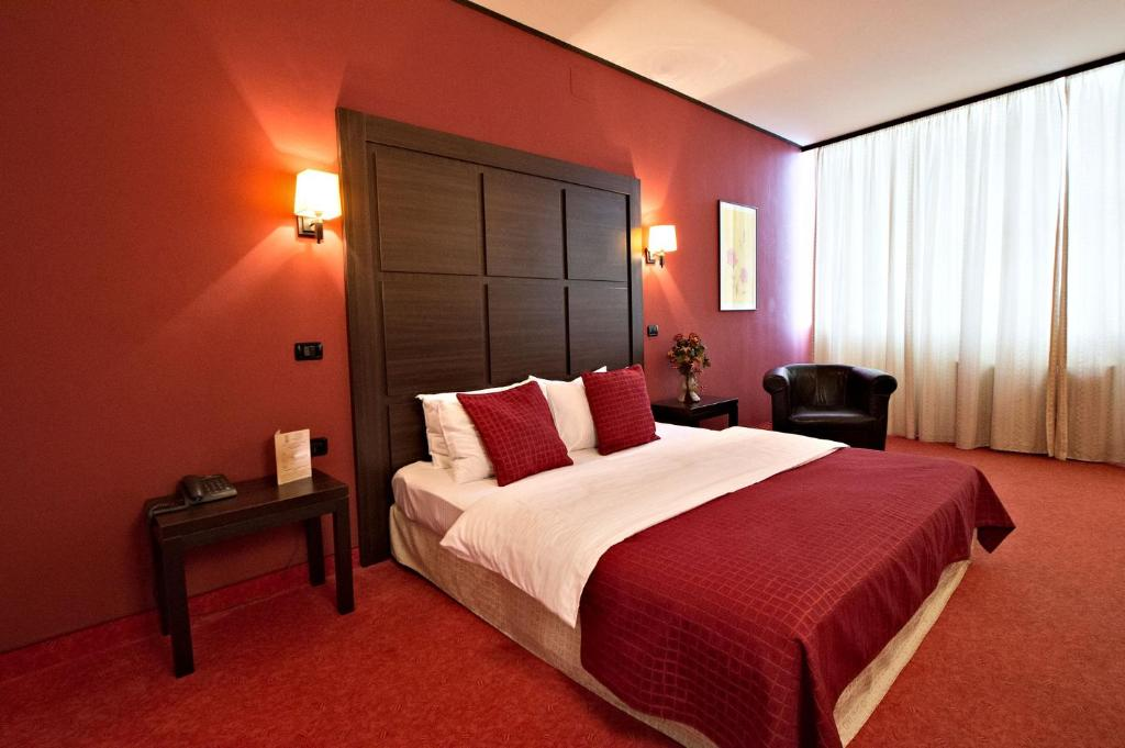 A bed or beds in a room at Hotel Aurelia