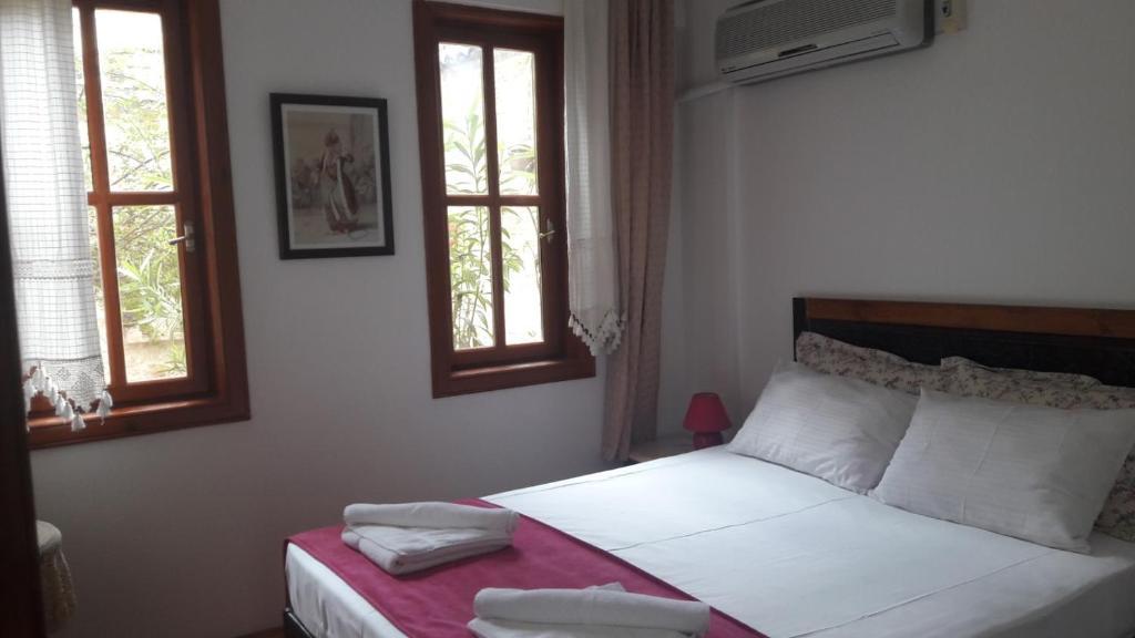 Кровать или кровати в номере Sibel Pension