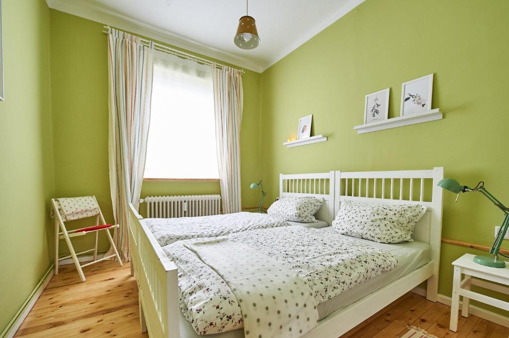 A bed or beds in a room at Hübsche ruhige Wohnung im Viertel
