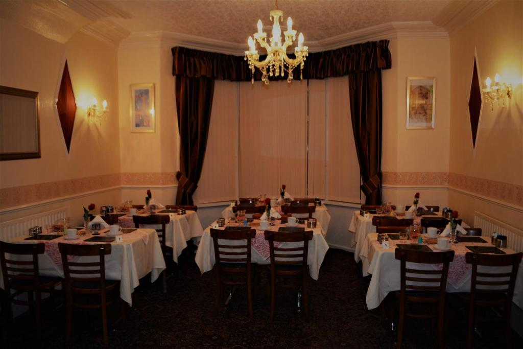 A restaurant or other place to eat at The Woodland Hotel