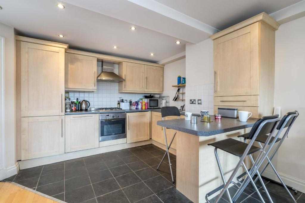 A kitchen or kitchenette at Tower Bridge Bliss