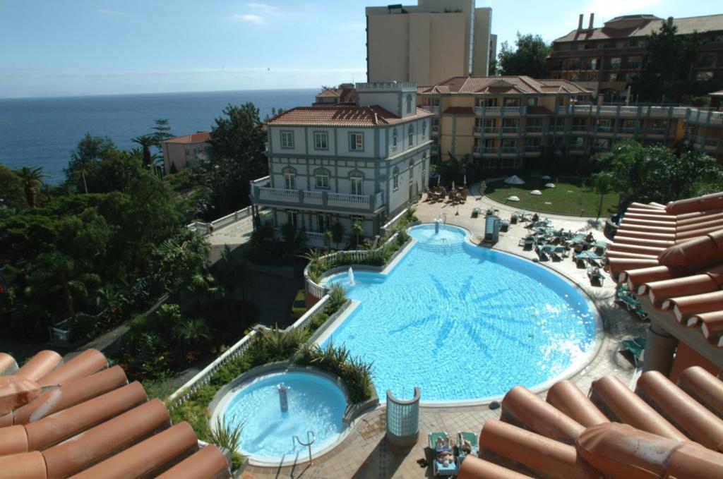 Uitzicht op het zwembad bij Pestana Miramar Garden & Ocean Hotel of in de buurt
