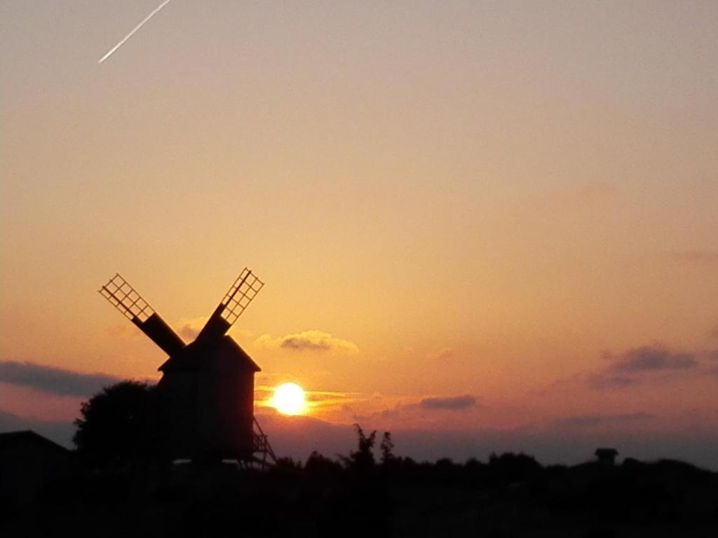 Päikesetõus või päikeseloojang puhkemajakeste juurest või lähedalt vaadatuna