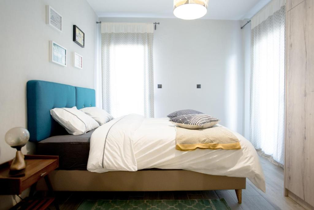 A bed or beds in a room at Traveller's apartments